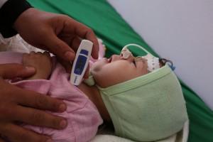 La petite Khawla lutte contre la malnutrition et une infection pulmonaire.