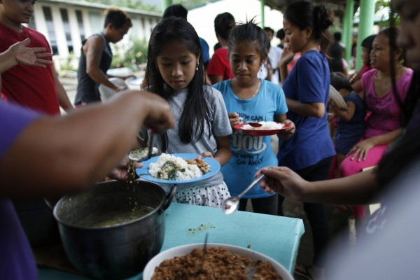 Le typhon Mangkhut menace les enfants aux Philippines